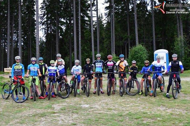 Mladí bikeři na Zadově trénují dvakrát denně v náročném terénu. To se jim bude při závodech hodit.