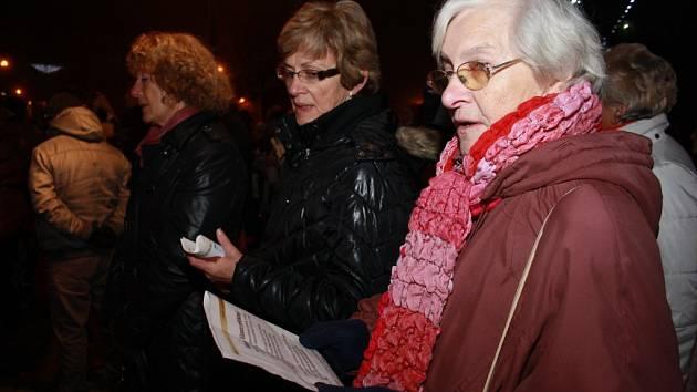 Česko zpívá koledy podpořili i Prachatičtí na Velkém náměstí.