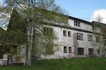 Jediný objekt, který zůstal po demolici areálu bývalé roty v Kvildě stát, dnes Správa parku nabízí k prodeji za více než tři miliony korun.