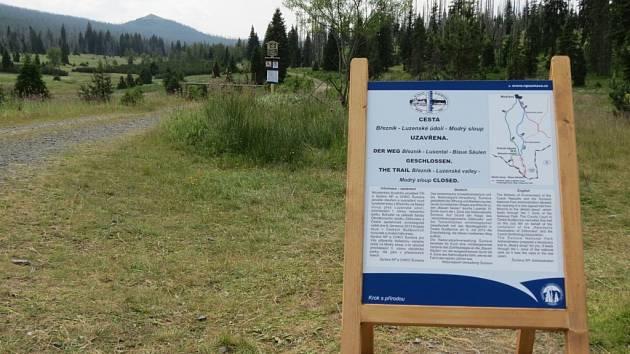 Cesta na Modrý sloup Luzenským údolím je uzavřena. K luznému se musejí turisté vydat náhradní trasou. Správa parku na to upozorňuje návštěvníky aktuálními informačními tabulemi.