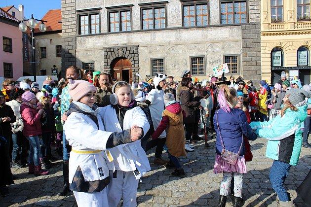 Děti ze ZŠ Zlatá stezka 240 vyrazily do masopustního průvodu Prachaticemi.