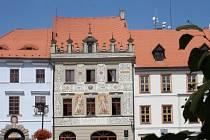 Rekonstruovaná fasáda Národního domu na Velkém náměstí v Prachaticích.