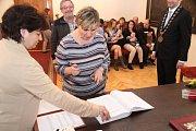 Babička dvojčátek se podepsala do pamětní knihy města.