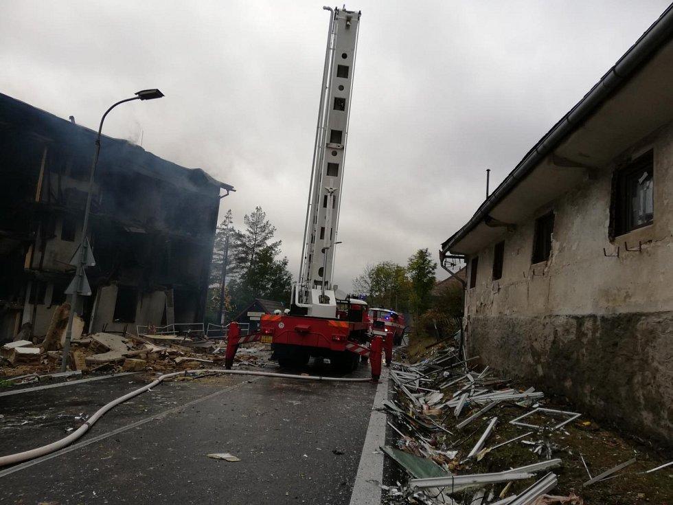 Na místo přijeli rovněž jihočeští kriminalisté, kteří budou spolu s odborníky hasičského záchranného sboru zjišťovat přesné příčiny a okolnosti vzniku požáru.