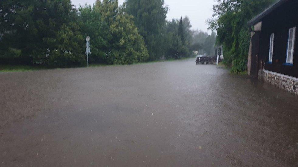 V souvislosti s vydatnými srážkami, které přinesly včerejší bouřky na jihu Čech, evidují hasiči přes šedesát událostí. Takto to po dešti vypadlo ve Volarech.