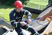 Členové lezeckých skupin hasičského záchranného sboru z Prachatic, Písku a Strakonic nacvičovali záchranu osob ve výšce na Husinecké přehradě.