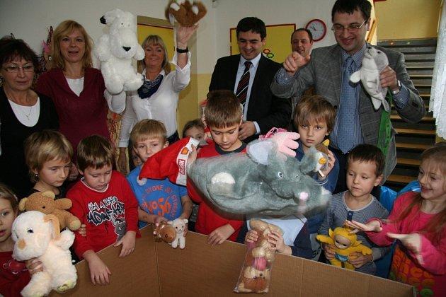 Děti z Prachatic balí hračky pro děti z Gruzie.