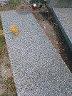 Lheničtí objevili na místním hřbitově poničený hrob.