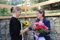 Heleně Klimešové se při otevření nových prostor Dřípatky dostalo poděkování od Vlasty Mrázové.