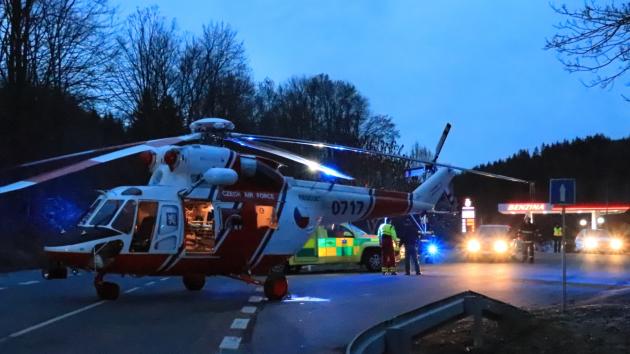 U vážné nehody dvou aut přistál vrtulník