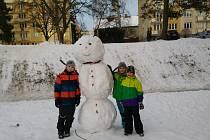 Sněhový obr z volarského sídliště.