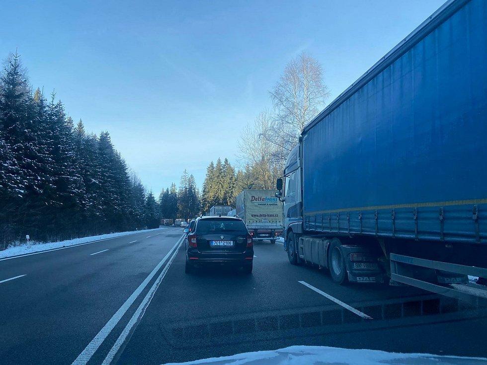 Pondělní kolony na hraničním přechodu do Německa ve Strážném.