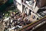 Pohled z balkonu rodiny Pevných na sousední dům, který zničil výbuch a požár loni 3. října.