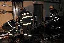 Likvidace požáru výrobní haly v Podedvorech.