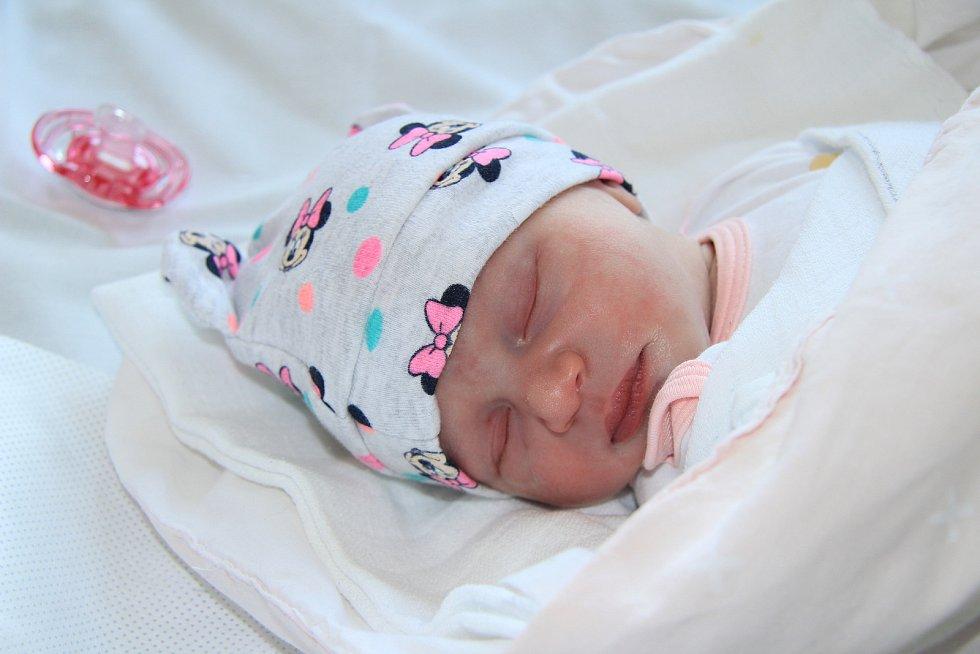 EMMA ROLFOVÁ, NEUSLUŽICE U VOLYNĚ. Narodila se ve středu 1. května ve 22 hodin a 55 minut v prachatické porodnici. Vážila 2790 gramů. Má brášku Kubíka (2 roky). Rodiče: Monika a Antonín Rolfovi.