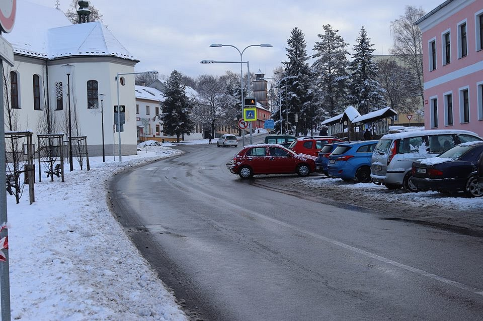 Sobotní zasněžené dopoledne ve Volarech, kde již panuje vánoční atmosféra.