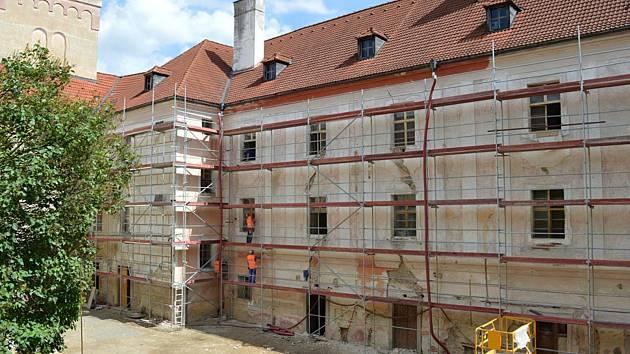 Práce na rekonstrukci zámku pokračují.