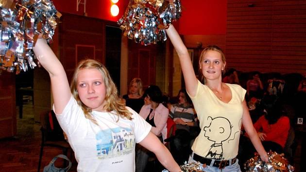 Dnešní (17. dubna) jarní ples vimperského gymnázia by měl pomoci financovat horolezeckou stěnu v tělocvičně školy. Ke zdaru bálu přispěli i studenti školy, kteří program nacvičovali několik dní dopředu.