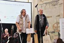 Prachatické duo Karel a Karel dostali ocenění od SenSen v Pražské křižovatce.