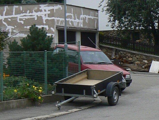 V Dlouhé ulici blokovalo zaparkované auto vjezd do garáže. Strážníkům nezbylo nic jiného, než vypsat předvolání za stěrač. Ilustrační foto.