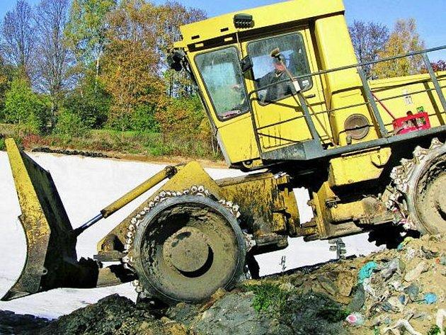 PRÁCE POKRAČUJÍ. Do konce letošního roku by mohla být zkolaudována třetí etapa výstavby pravětínské skládky. Je možné, že náklady na výstavbu částečně pocítí i vimperští obyvatelé.