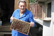 Včely znají svého včelaře, včelař zas hukot svých úlů.