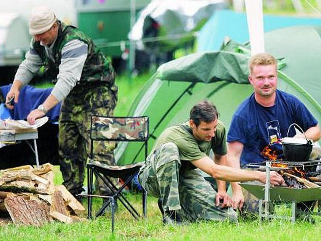 JEN NĚKDE. Tábořiště na Prachaticku zejí vinou počasí prázdnotou. Nejvíce navštěvovaným kempem v jižních Čechách je Chlum u Třeboně, kde hledají místo na spaní hlavně rybáři.