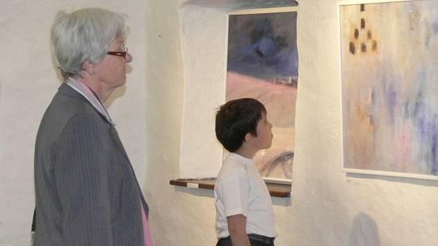 Varvara Divišová a Anna Vančarová v pátek představily své obrazy prachatickým návštěvníkům galerie v centru města. Na vernisáž výstavy zavítala řada návštěvníků.