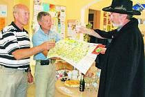 PRO TURISTY. Nové produkty Pohádkového království, tentokrát zaměřené na Šumavu jsou na světě, a to za kmotrovství vimperského starosty Pavla Dvořáka (vlevo).