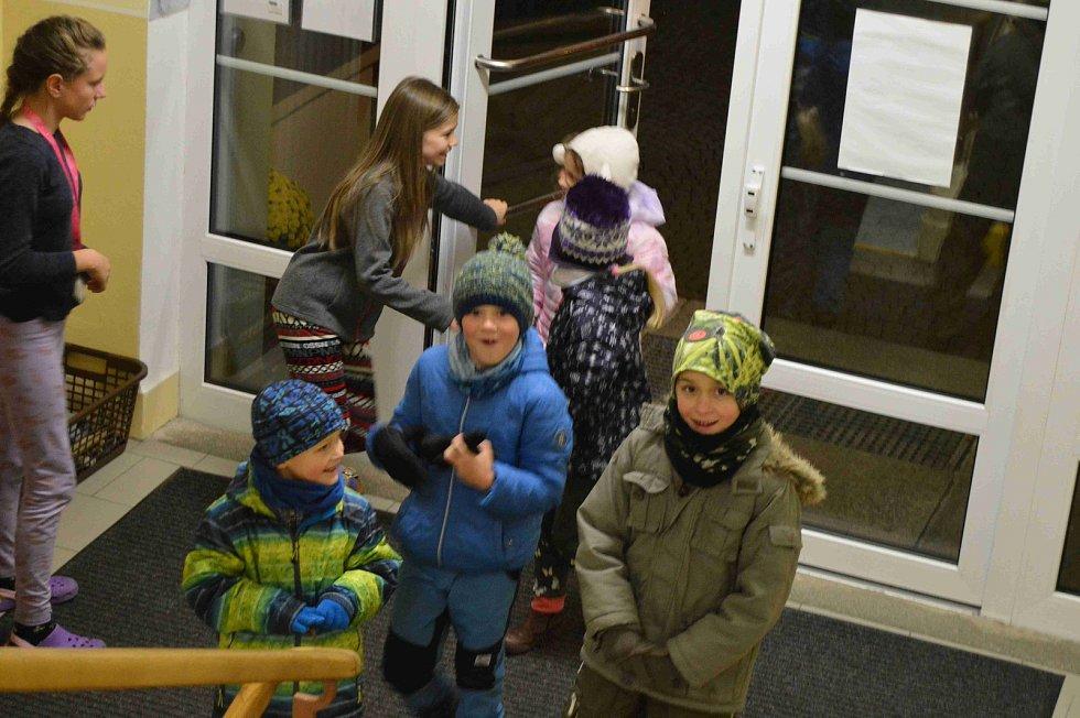 Děti z vacovské školy si užily spaní ve škole.