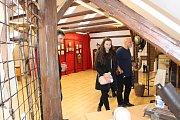V prostorách Městského úřadu v Husinci je k vidění výstava, která provádí životem génia. Otevřeli ji samotní herci Divadla Járy Cimrmana.