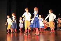 Děti z tanečního oboru prachatické ZUŠ na pódiu prachatického Městského divadla tančily rodičům.