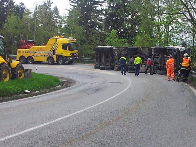 Nehoda kamionu blokuje dopravu nad Prachaticemi v Americké zatáčce na Libínské Sedlo.
