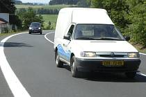 CHTĚJÍ SNÍŽIT RYCHLOST. Obyvatelé Šumavských Hoštic se shodují na tom, že by bylo potřeba snížit nejvyšší polovenou rychlost na silnici, která je v těsné blízkosti obce.