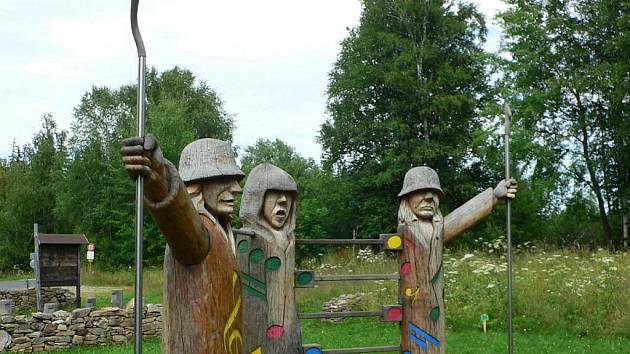 Dřevění šumaváci celé boje sledovali.