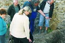 NOVINKY NA ZÁMKU. O tom, jak se mění představa o původní podobě vimperského hradu v souvislosti s právě probíhající prací archeologů, zastupitele ve středu seznámil profesor Durdík z Akademie věd ČR přímo v areálu vimperského zámku.