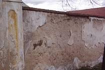 ZÍDKA STÁLE ČEKÁ NA ŘEMESLNÍKY.  Zeď u kostela ve Vitějovicích čeká na opravy už dlouho.