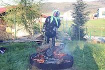 Osadníci z Ostrova a Starých Prachatic nejprve oplekli špekáčky a pak spálili čarodějnici.