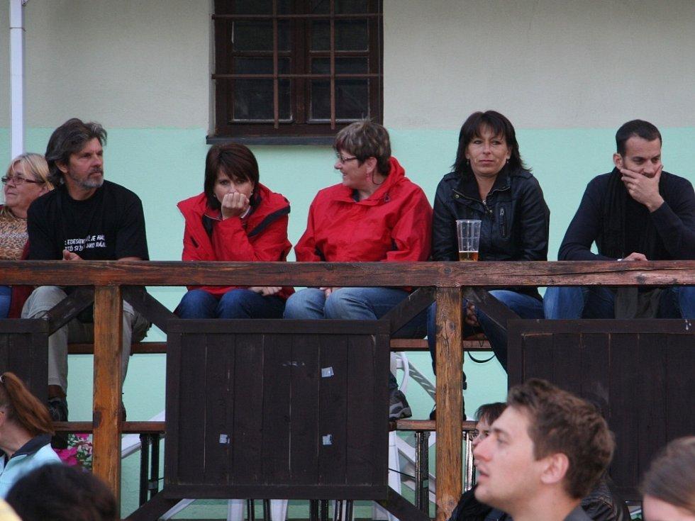 Posluchači pátečního koncertu skupiny Buty v Prachaticích.