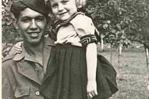 Američtí vojáci byli ve Vitějovicích vřele vítáni. Jeden z nich se vyfotil s malou Liduškou Paroubkovou.