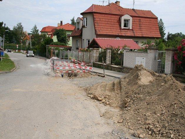 Práce na nové kanalizaci omezují dopravu v sídlišti pod Lázněmi už při vjezdu v ulici Lázeňská.