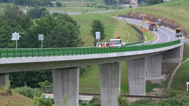 Na novou silnici od Bělče do Husince vjedou motoristé poprvé dnes odpoledne.