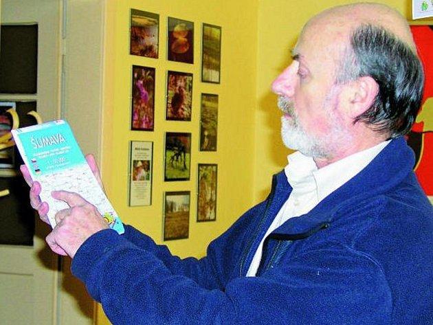 NOVÁ MAPA. Ten, kdo vyrazí v zimě na běžky, si ode dneška 5. prosince vystačí pouze s jednou mapou. Marcel Goetz totiž představil ve Vimperku vydání, které zabírá území od železnorudských jezer až po Lipno.
