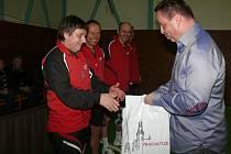 Předseda klubu Jan Bauer předal hostům dárkové tašky.