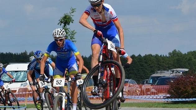 Přibližně pětadvacet závodů odjede juniorská cyklistická hvězda Jan Vastl (ve výskoku) za jednu sezonu.