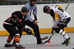 Hokejbalisté Prachatic (bílé dresy) si nakonec I. národní ligu zahrají.