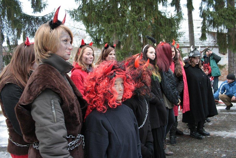 Mikulášskou nadílku jako vyvrcholení celého mikulášského odpoledne připravili nejen pro děti v areálu jízdárny zámku Skalice v Bohumilicích.