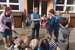 Děti z montessori myslí na opuštěné pejsky.