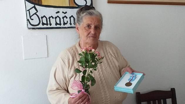 Olga Korbelová má medailiza zásluhy od baráčníků.