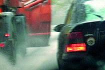 Nejčastější jsou střety vozidel se srnčím, nehod zatím příliš neubývá. Ilustrační foto.